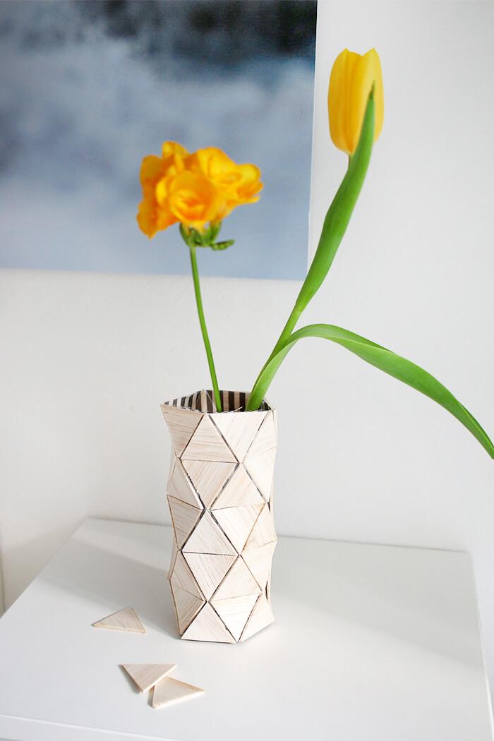 Vase aus Balsaholz und Stoff selbst basteln.