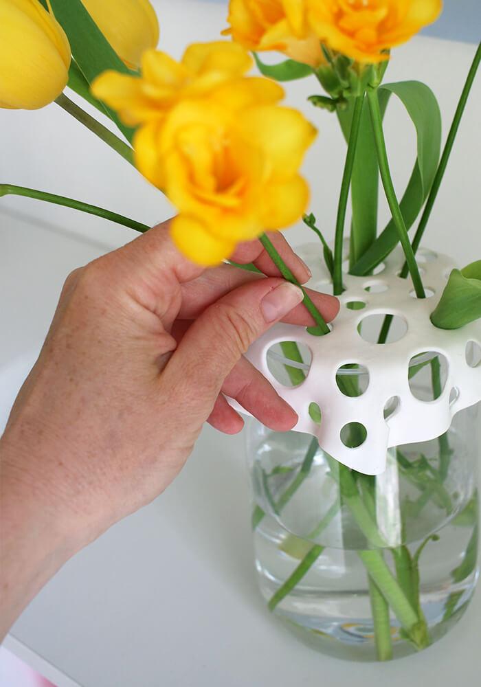 Ein Vasenaufsatz aus Fimo eignet sich prima zum Arrangieren von wenigen Blumen.
