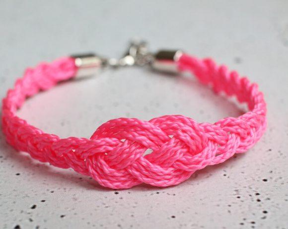 Ein Armband aus pinker Maurerschnur.
