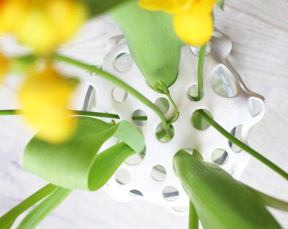 Leichter Blumen arrangieren mit einem Vasenaufsatz aus Fimo.