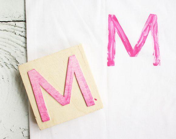 Kissen mit selbstgemachten Stempeln für den Muttertag bedrucken.