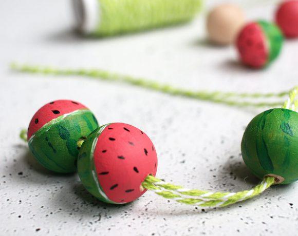 Aus Holzkugeln und Acrylfarbe einen Schlüsselanhänger mit Wassermelonen basteln.