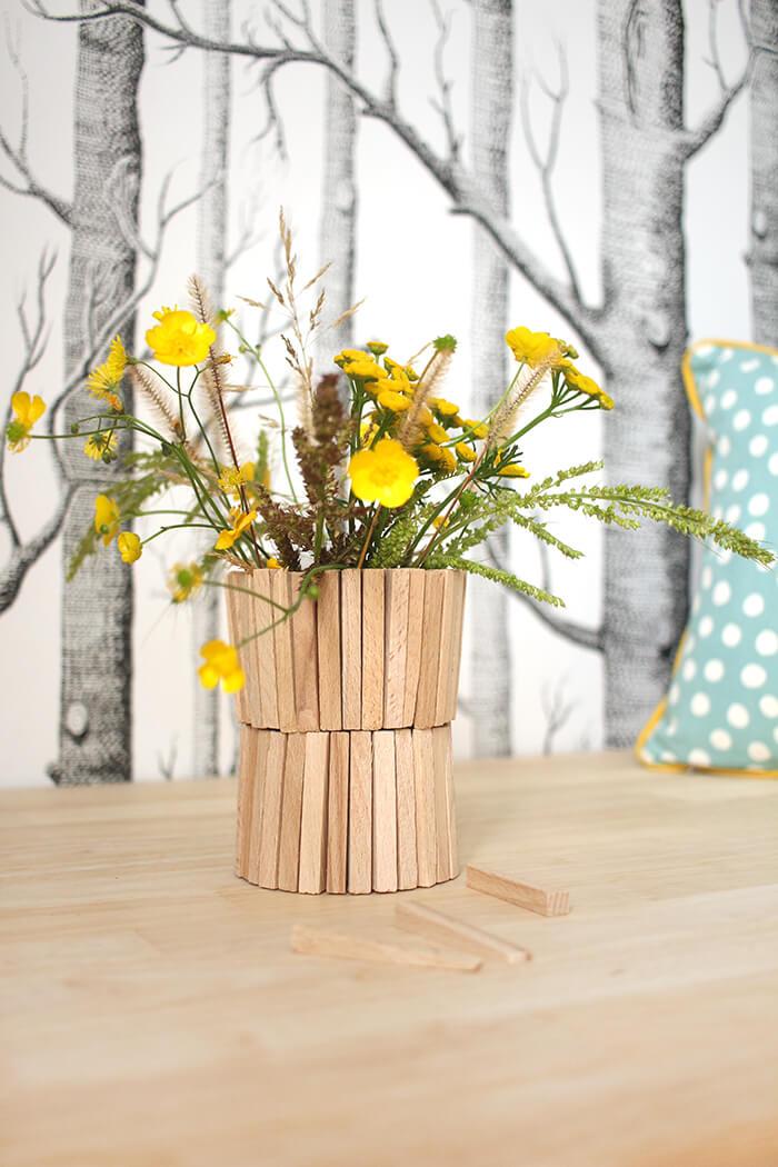Baumarktfundstück, wie aus Fliesenkeilen aus Holz eine Vase gebastelt wird.