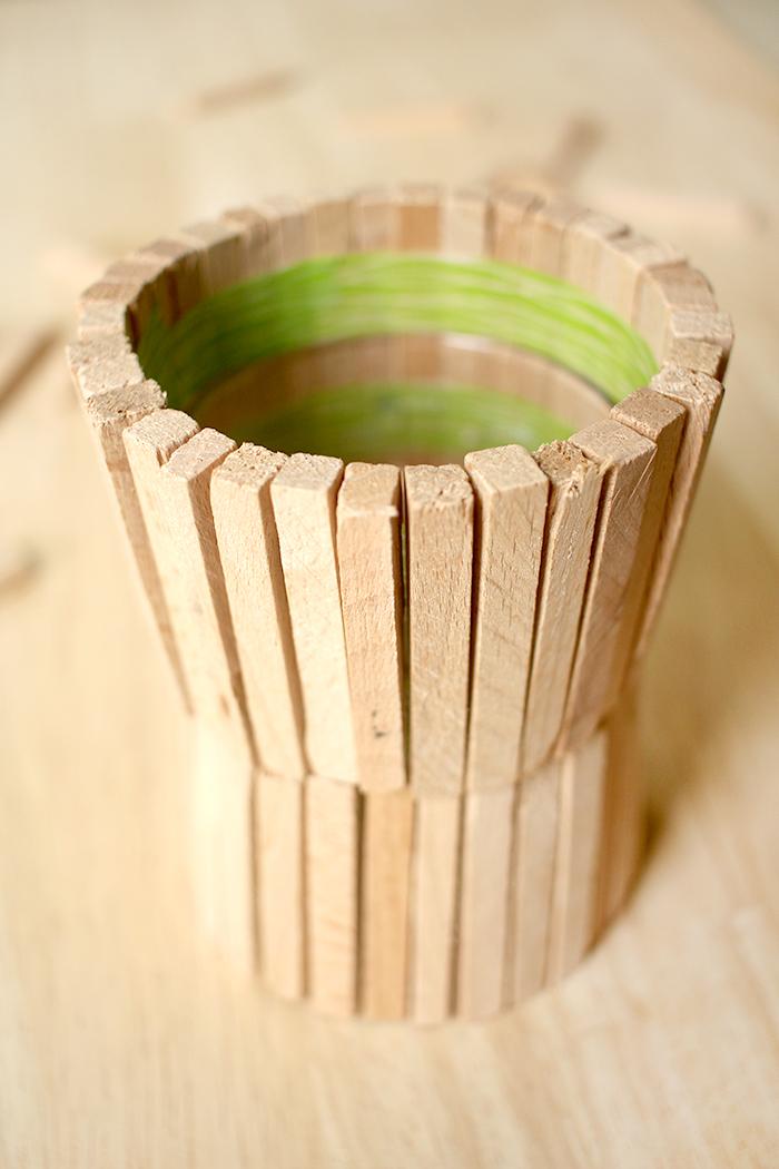 Vase aus Fliesenkeilen basteln.