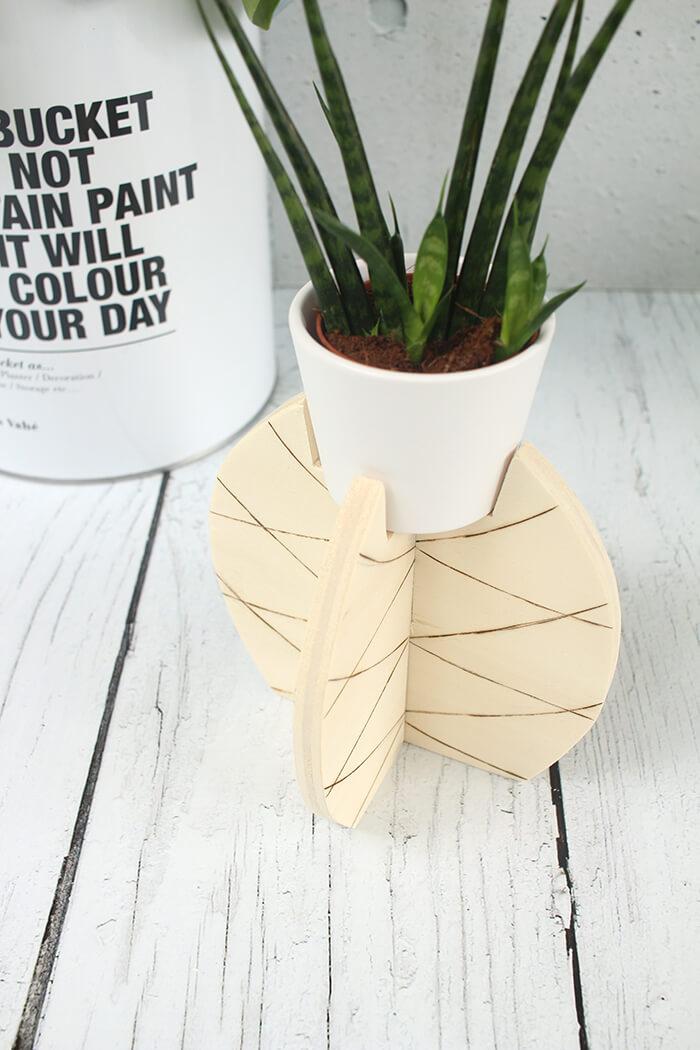 do it yourself pflanzenst nder in ananasform aus holz bauen. Black Bedroom Furniture Sets. Home Design Ideas