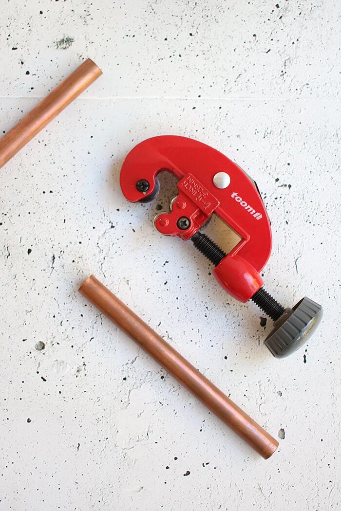 Kupferrohr mit einem Rohrschneider schneiden