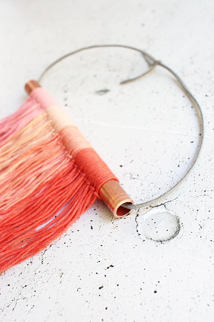 Eine Kordel für die Aufhängung durch das Rohr fädeln