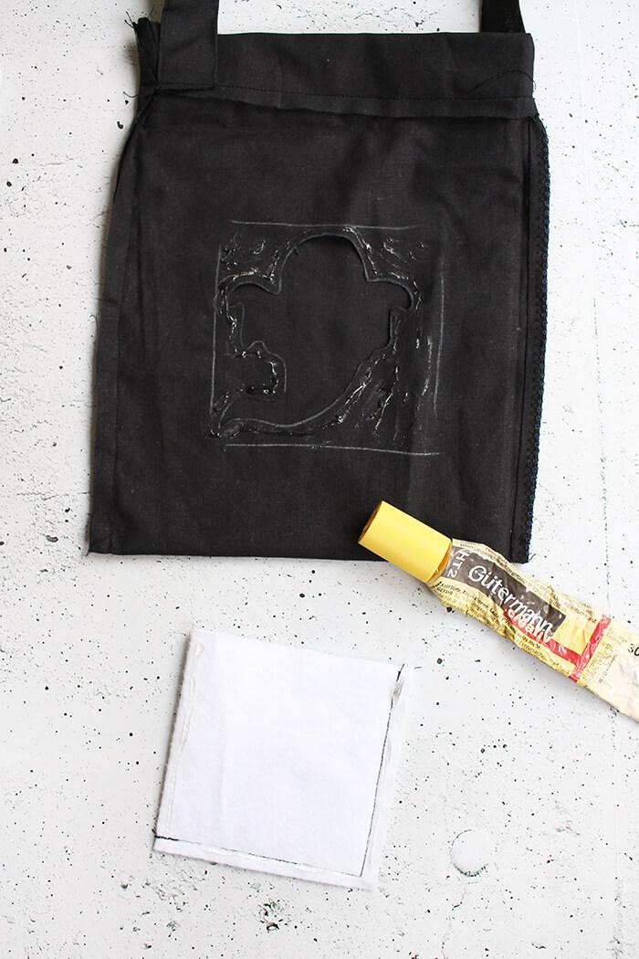 Tasche für die Süßigkeiten an Halloween basteln. Tasche aufkleben