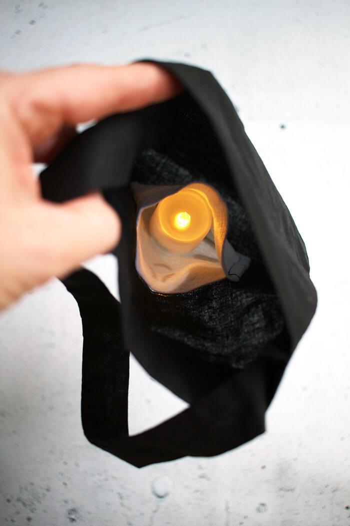 Tasche für die Süßigkeiten an Halloween basteln. Kerze einfügen