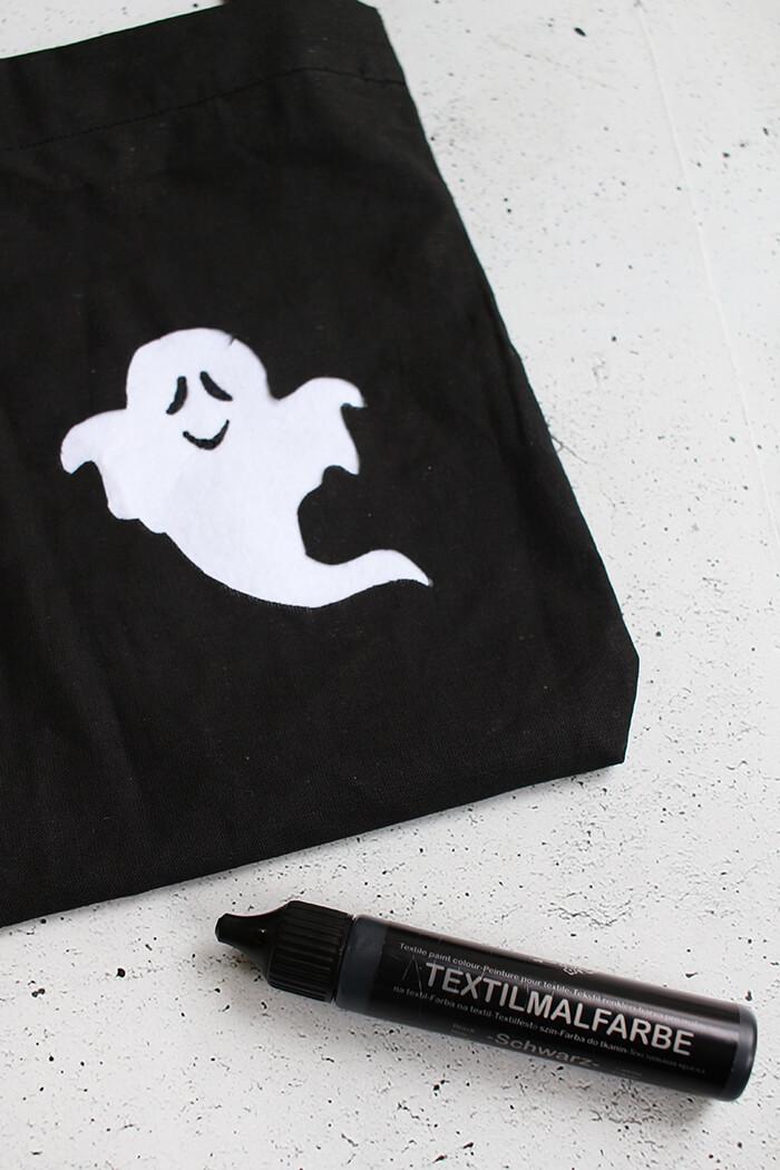 Tasche für die Süßigkeiten an Halloween basteln. GEsicht zeichnen