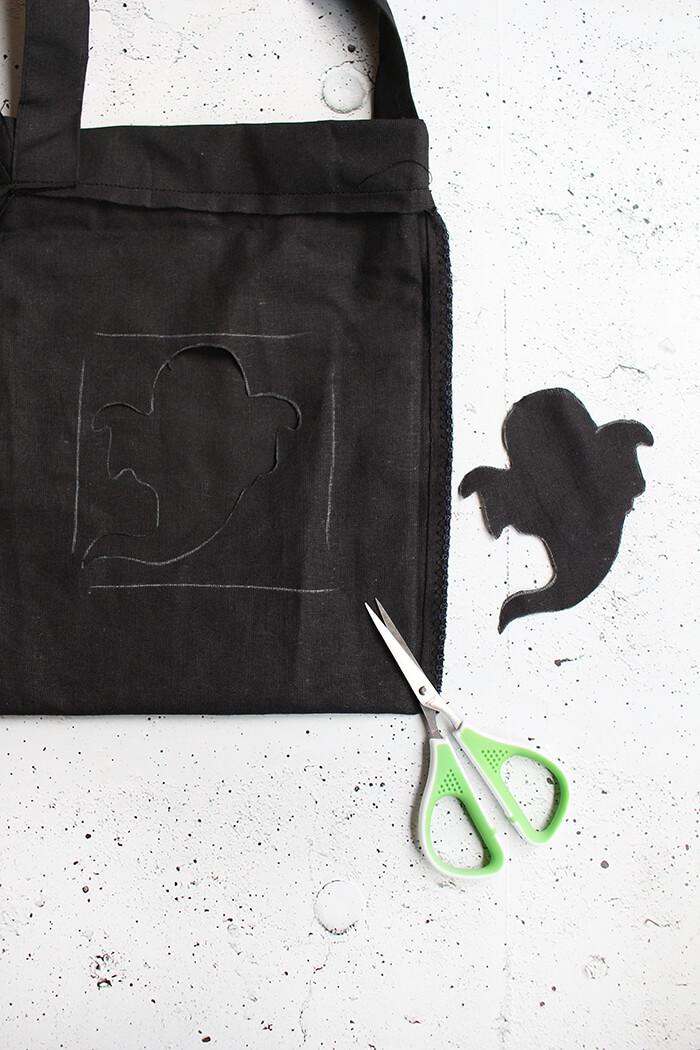 Tasche für die Süßigkeiten an Halloween basteln. Geist ausschneiden