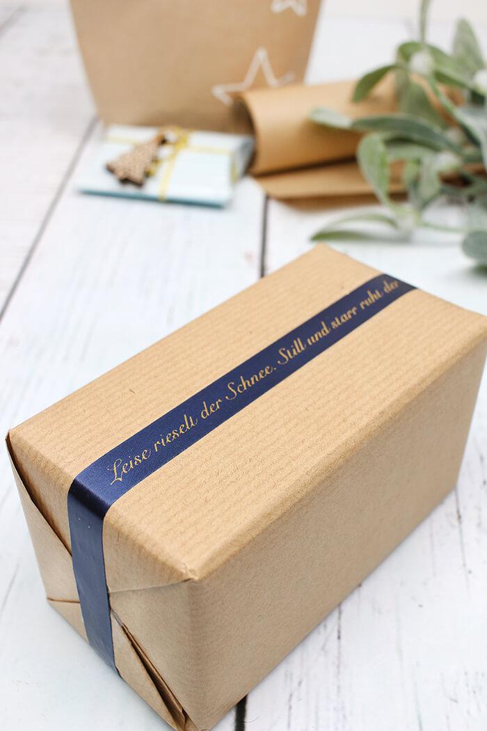 Geschenk mit bedrucktem Band einpacken