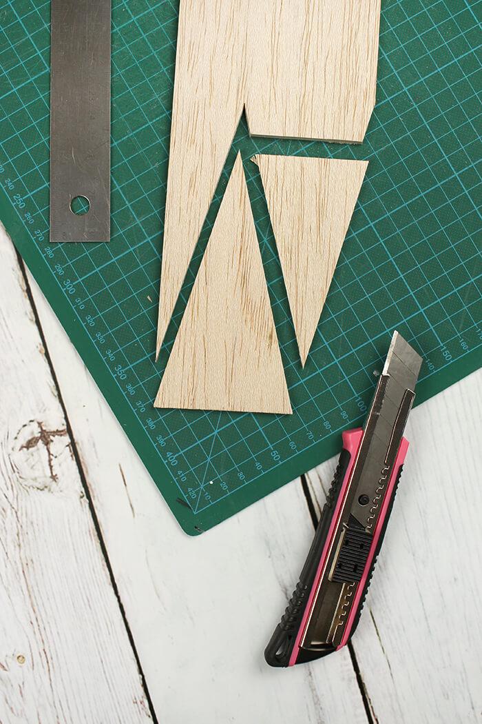 Bäumchen aus Balsaholz mit dem Cuttermesser ausschneiden