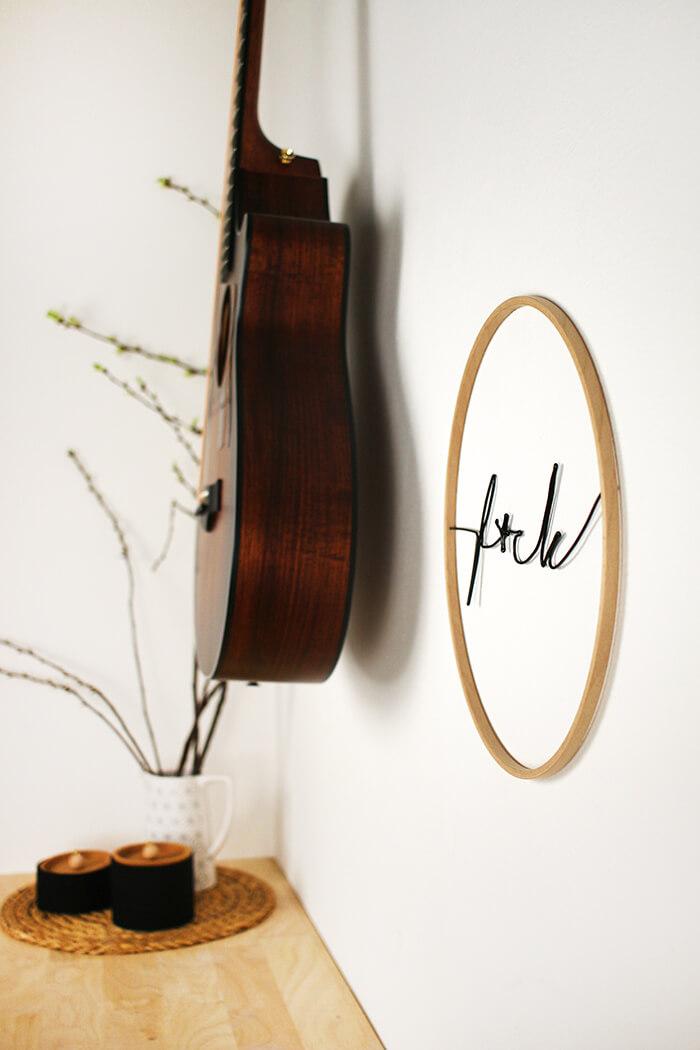 Wanddeko aus Draht im Stickrahmen mit Lettering