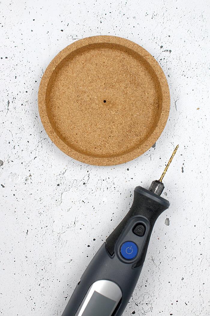 Loch in den Korkuntersezter bohren - DIY Dose selbst basteln
