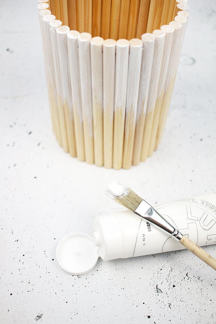 Rundhölzer für DIY Vase mit Acrylfarbe anmalen