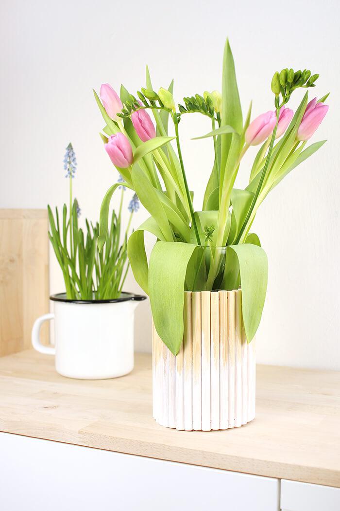 DIY Vase im trendigen Pinsellook basteln aus Rundhölzern basteln