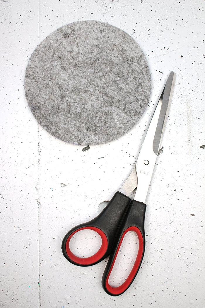 Filz für den Boden ausschneiden DIY Challenge, aus einer WC Flachrosette wird eine schicke Schale, Upcycling von Gingered Things