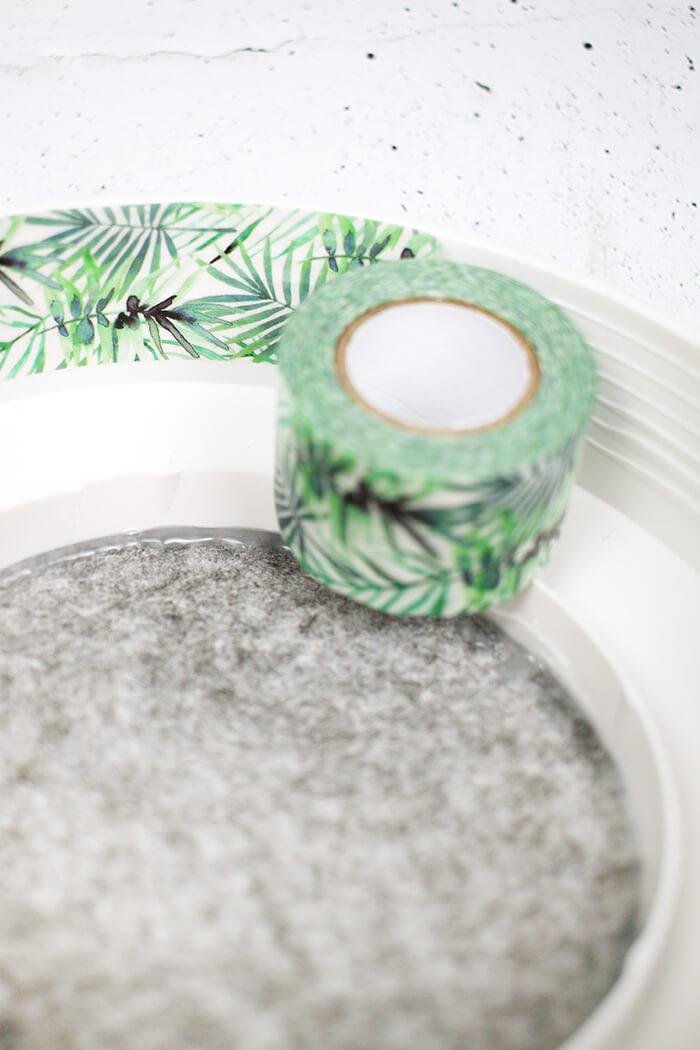 Mit Washi Tpae die Rillen verstecken. DIY Challenge, aus einer WC Flachrosette wird eine schicke Schale, Upcycling von Gingered Things