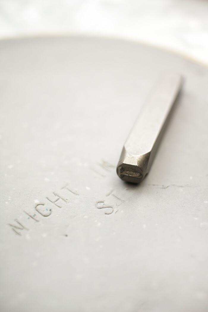 Mit Schlagbuchstaben lässt sich prima ein text in die Masse drücken - Gingered Things