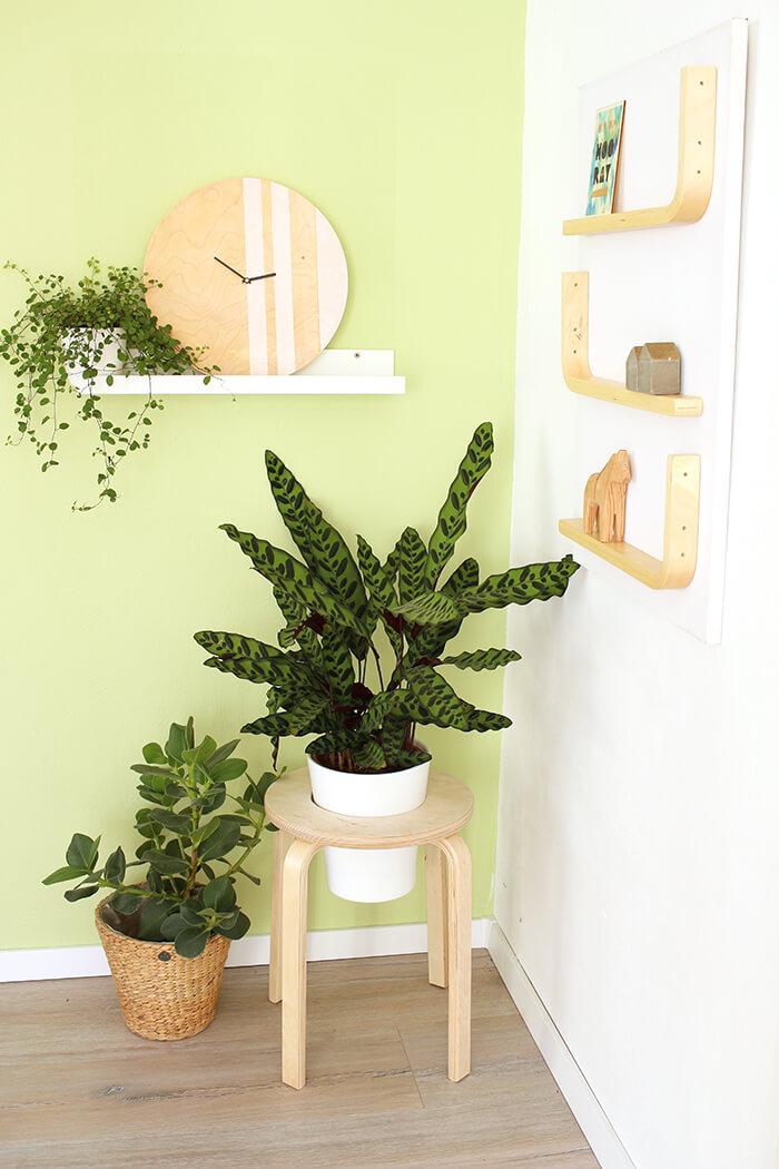 DIY Frosta Hack aus einem Hocker wird ein Pflanzenständer, ein Regal und eine Uhr