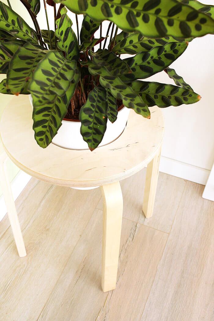 Aus dem Frosta Hocker wird ein Pflanzenständer- Ikea Hack von gingered things