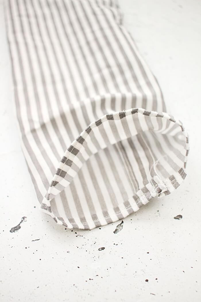 Stoff für die DIY Tasche aus Platzsets nähen - Gingered Things