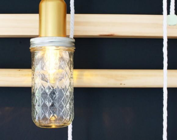 Eine Sprossenwand für das Wohnzimmer und wie man aus Einmachgläsern schicke Lampen selbst machen kann.