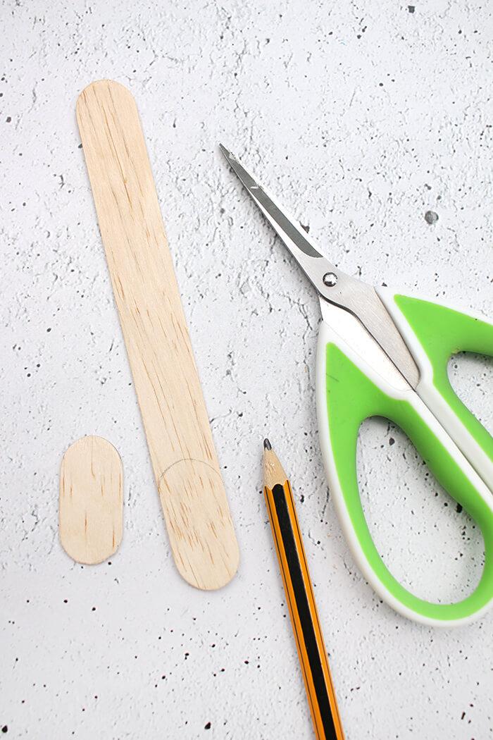 Eisstiele lassen sich auch mit einer Schere schneiden.
