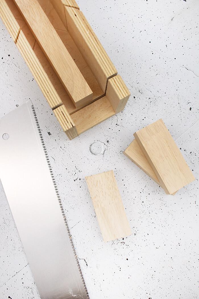 Mit einer Schneidelade lässt sich Holz prima gerade oder im rechten Winkel sägen