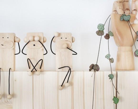 Die drei Affen aus dem japanischen Sprichwort, nachgebastelt aus Holz und Draht.