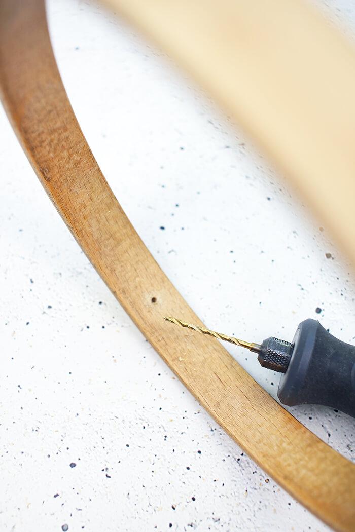 Nun werden Löcher in den Stickrahmen gebohrt