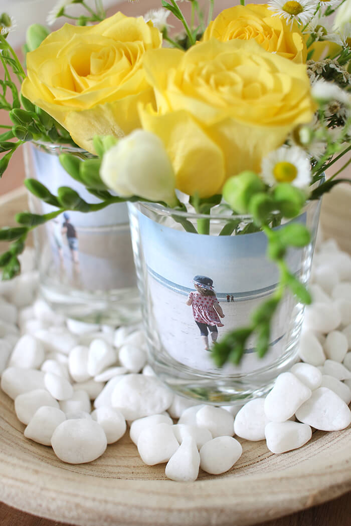 Tischdeko mit Fotos und Blumen