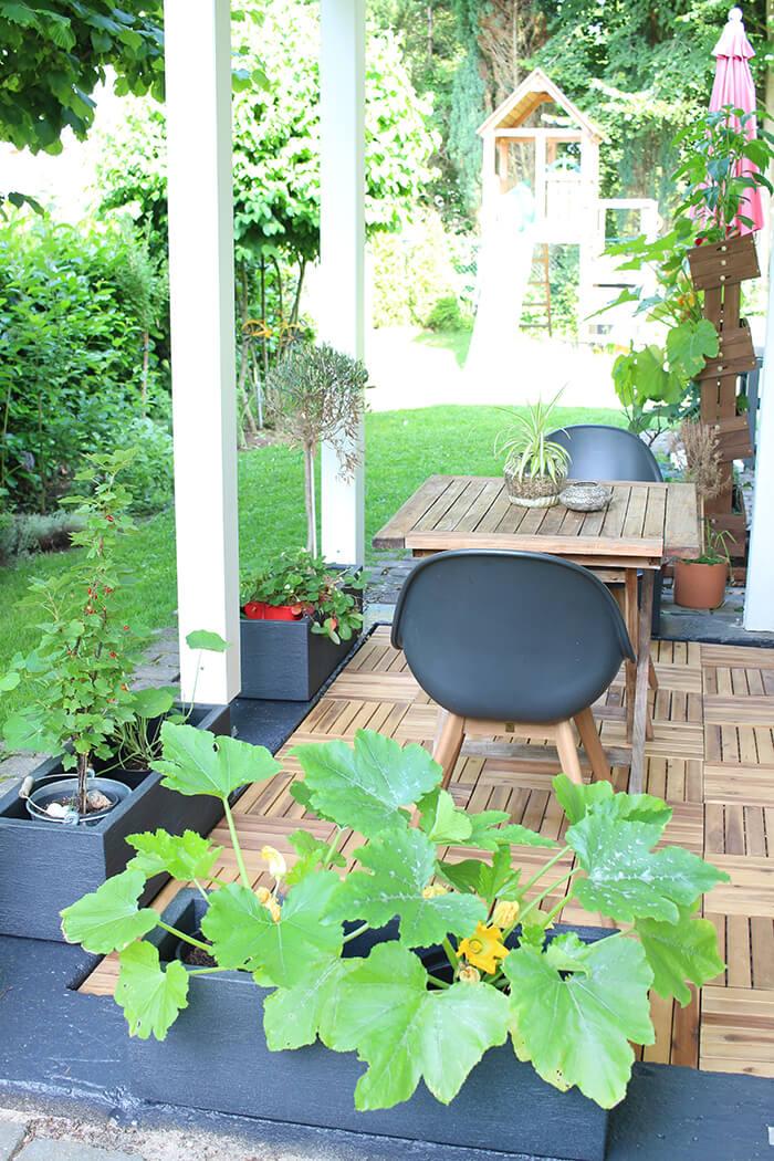 Neue Terrasse mit Holzfliesen und Pflanzkübeln