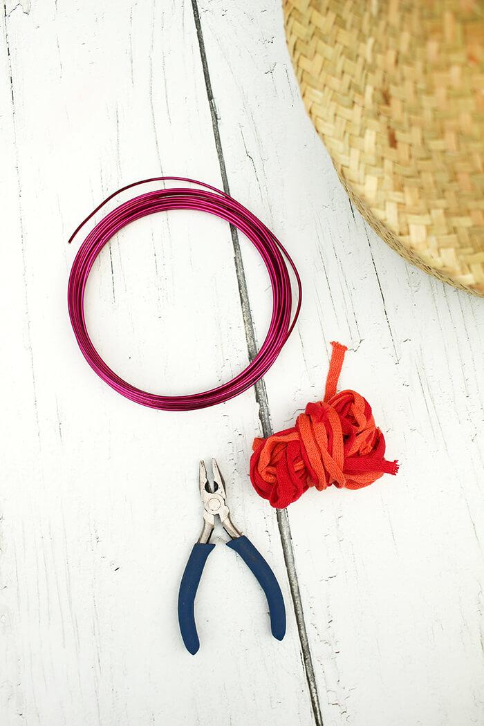 Ein Korb, Draht, und ein Schlauch aus Garn, viel mehr bracuht ihr für die schicken DIY Treppenkörbe nicht