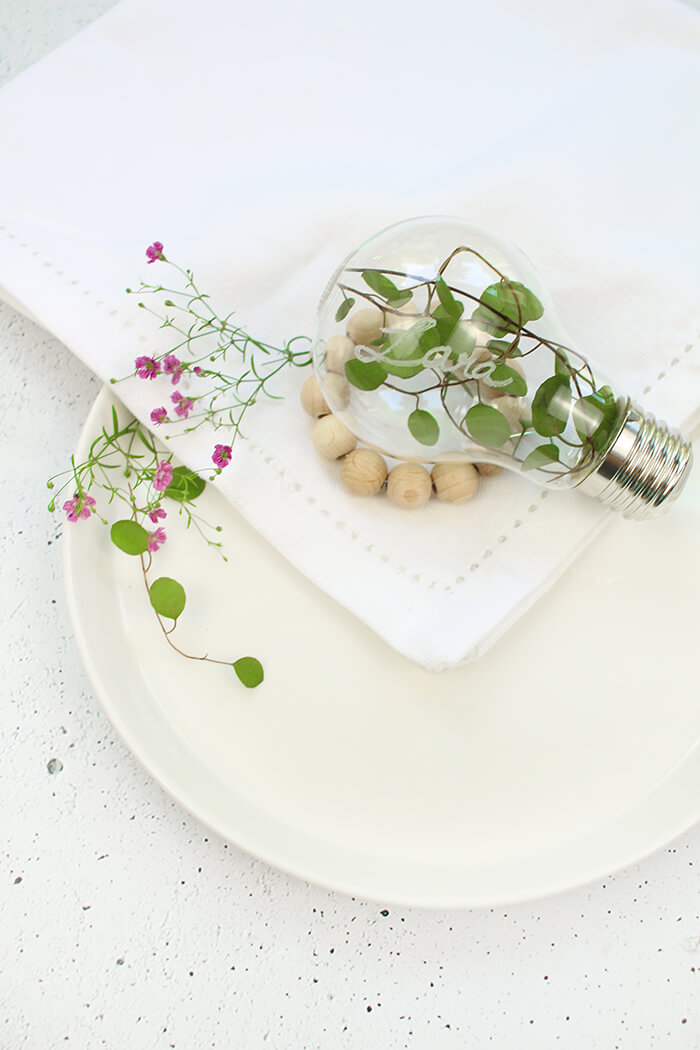 DIY Tischdeko aus einer Glühbirne und Holzperlen