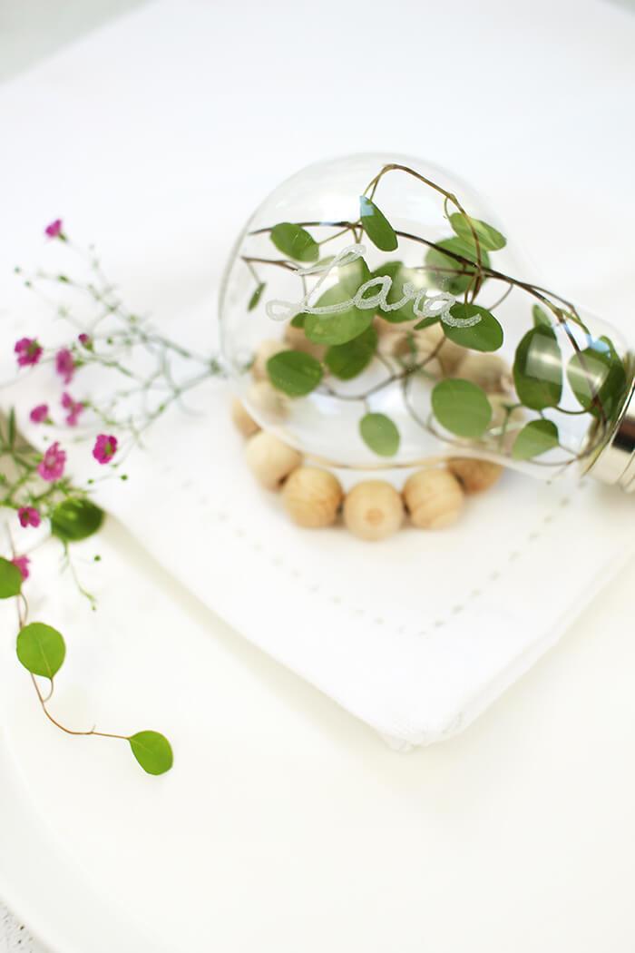 Tischdeko mit Glühbirne und Holzperlen, idel für den Hochzeitstisch