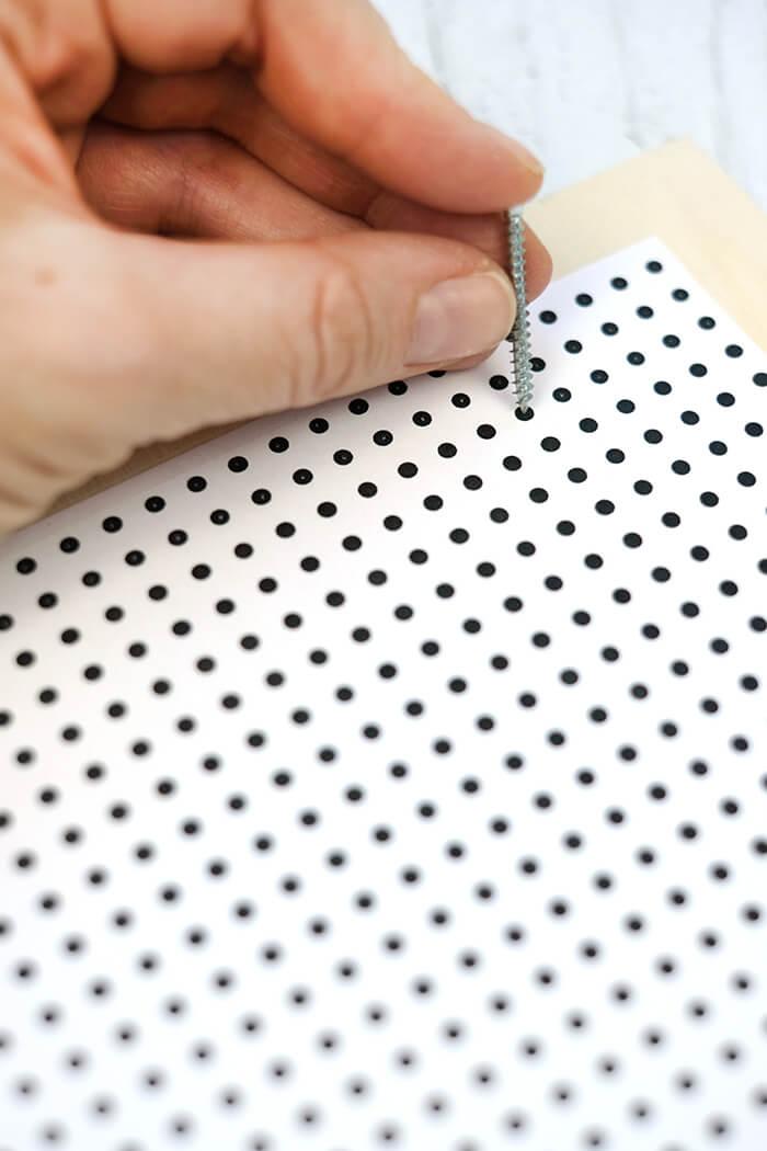 Markierungen mit Nagel oder Schraube durch die Vorlage übertragen