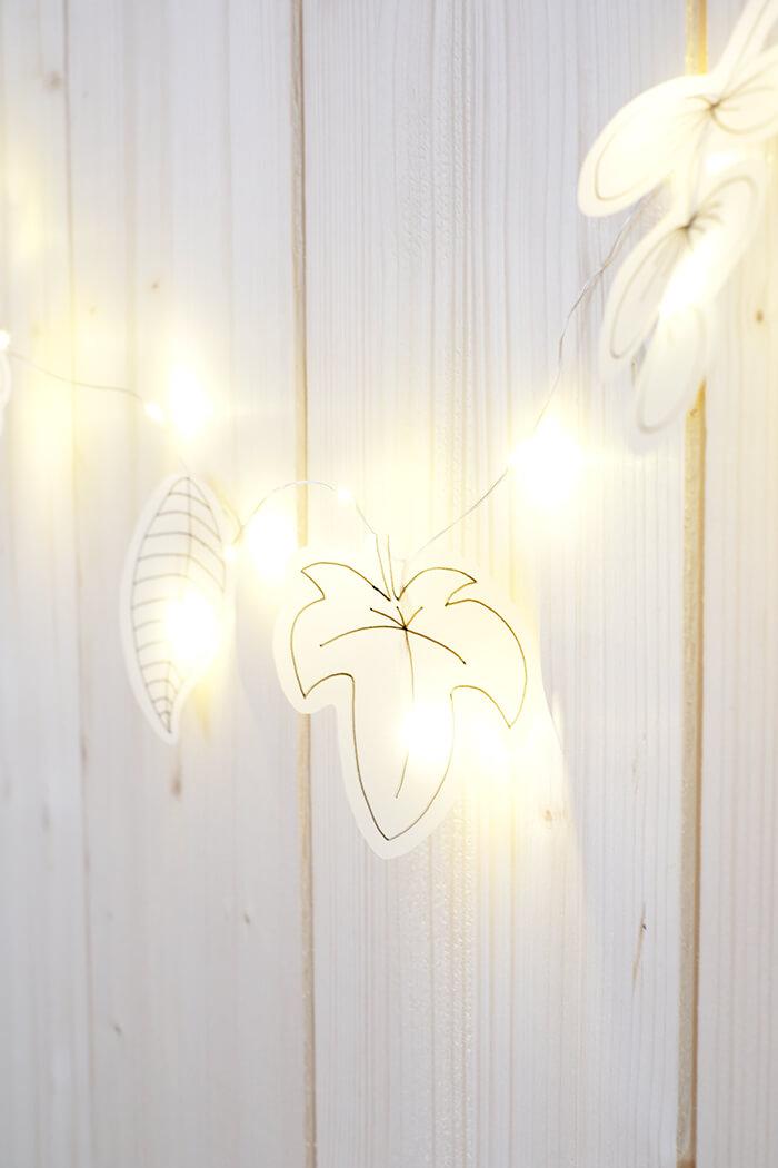Lichterkette mit Blättern aus Transparentpapier