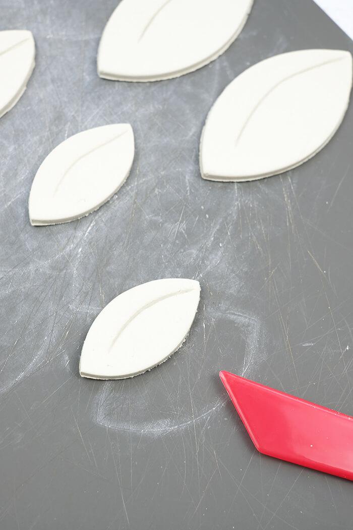 Mit dem Modellierwerkzeug werden kleine Details in die Blätter eingearbeitet