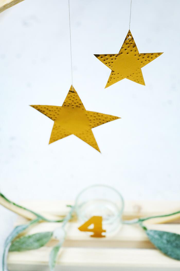 Sterne aus Prägefolie am Stickrahmen befestigen