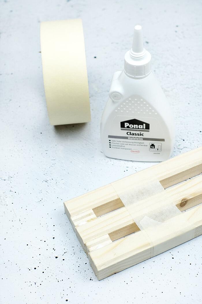Holzleisten mit LEim und Abstandshalter zusammen kleben