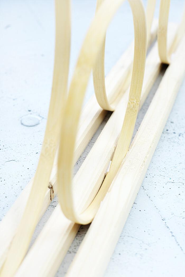 Stickrahemn zwischen die Holzleisten stecken
