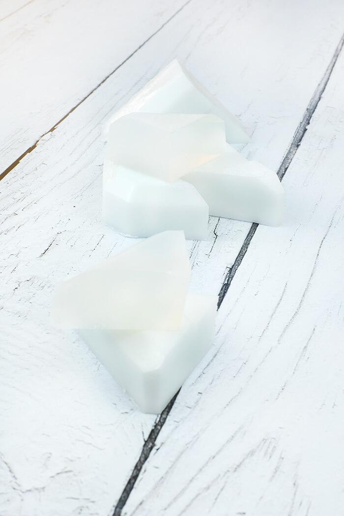 Rohseife gibt es in Weiß und transparent