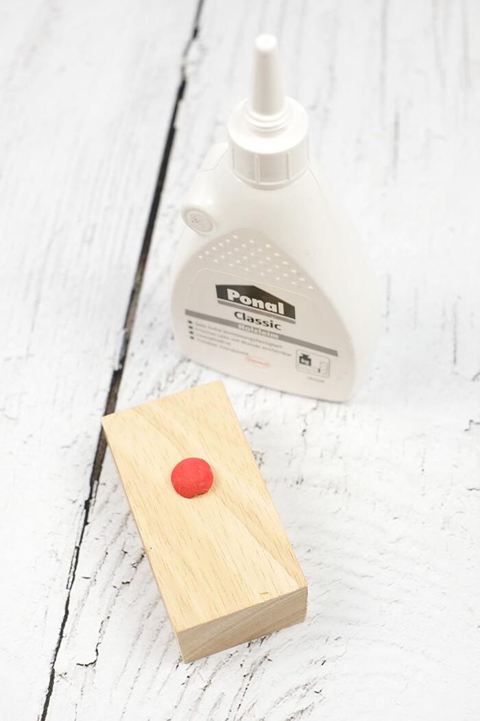 Nase mit Holzleim festkleben