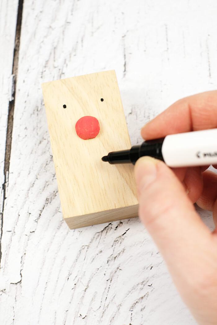 GEsicht mit schwarzem Stift malen