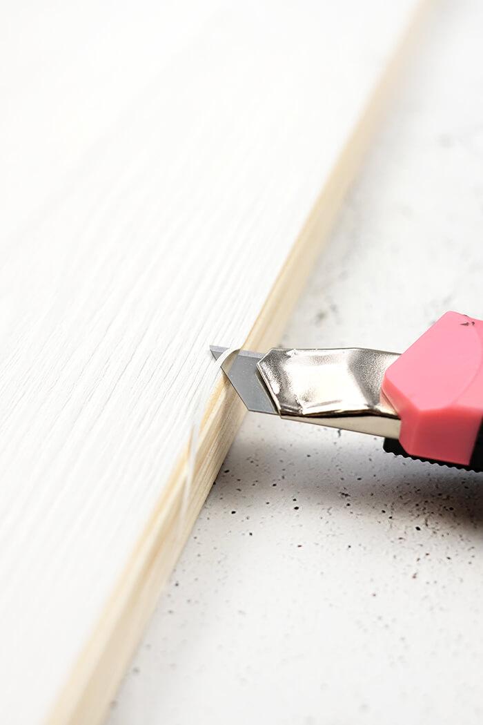 Überstand der Folie mit Cutter entfernen
