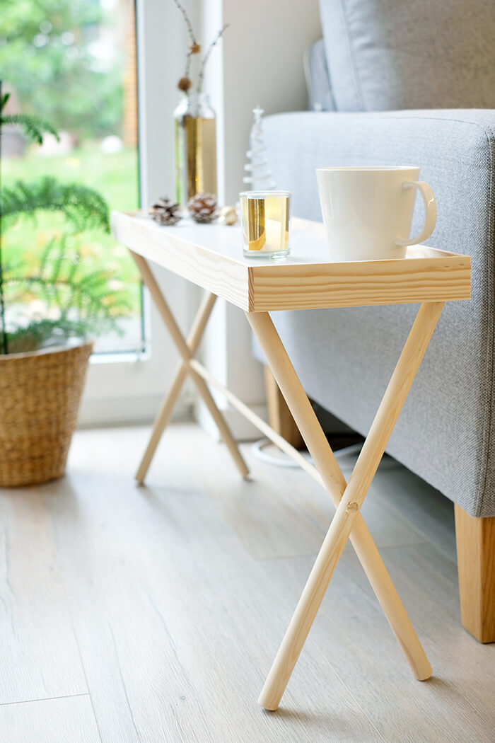 Tisch mit Wendetablett aus Holz und Klebefolie