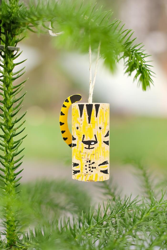 Tiger aus Korken am Baum