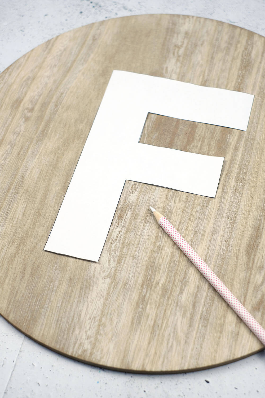 Vorlage übertragen. DIY Monogram auf Pflanzen und Holz als Geschenk für den Valentinstag, von Gingered Things